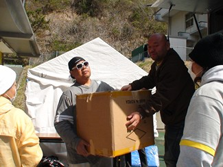 Konishiki unloads provisions for tsunami victims