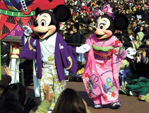 Mickey and Minnie Mouse, dressed in kimonos