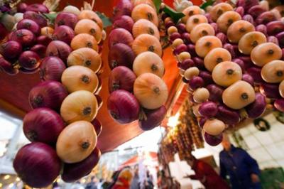 Selling skewers of onions